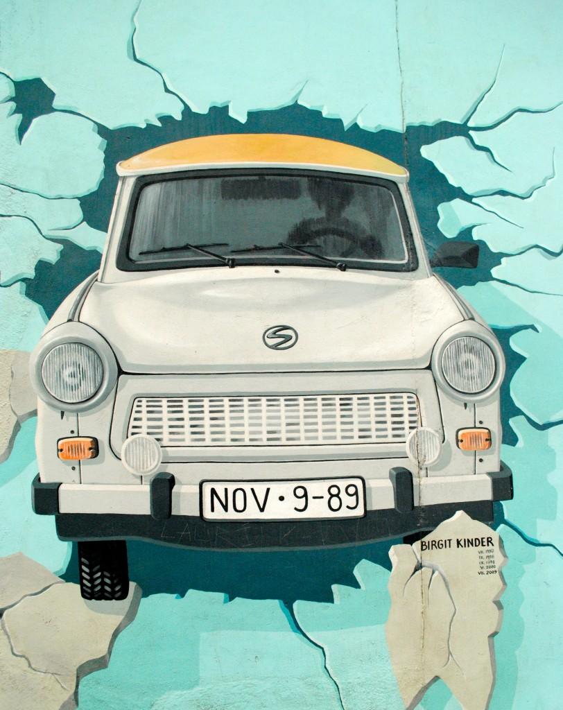 retro-car-berlin-wall