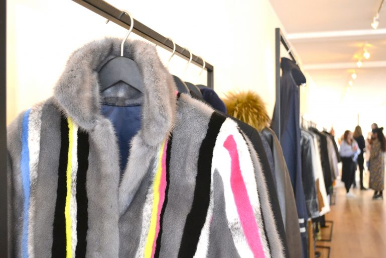 manteau fourrure showroom mode presse