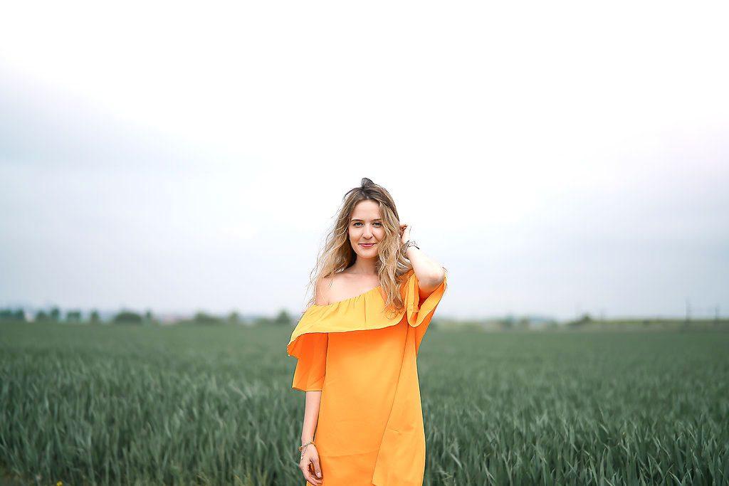 Apérol dress jaune soleil dans les champs Suédois