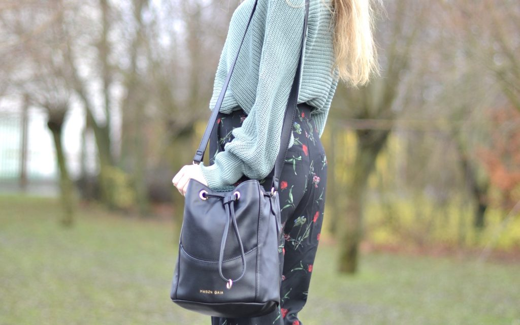 What to wear with flowery pants in the winter ?